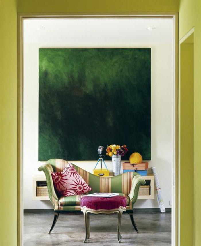 joli-salon-de-style-chic-fauteuil-coloré_et-peinture-grande-murale-dans-le-salon