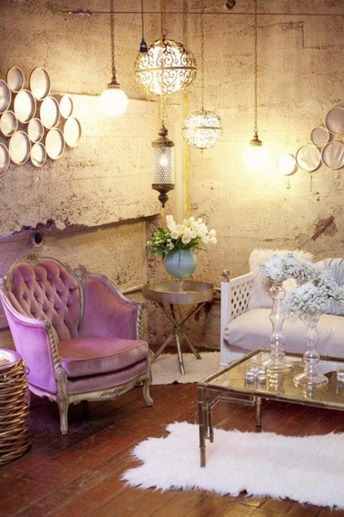 joli-salon-de-style-chic-fauteuil-rose-tapis-faurrure-blanche-table-de-salon-en-verre