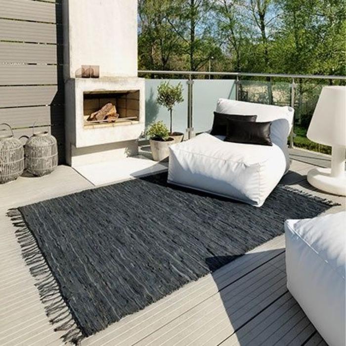 joli-tapis-d-extérieur-dans-le-jardin-mobilier-outdoor-meubles-d-extérieur-et-tapis-gris
