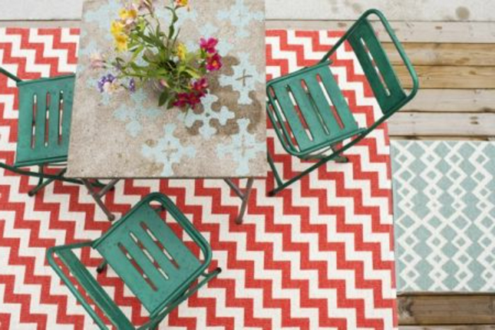 joli-tapis-d-extérieur-dans-le-jardin-mobilier-outdoor-meubles-d-extérieur-tapis-a-rayures-blanches-rouges