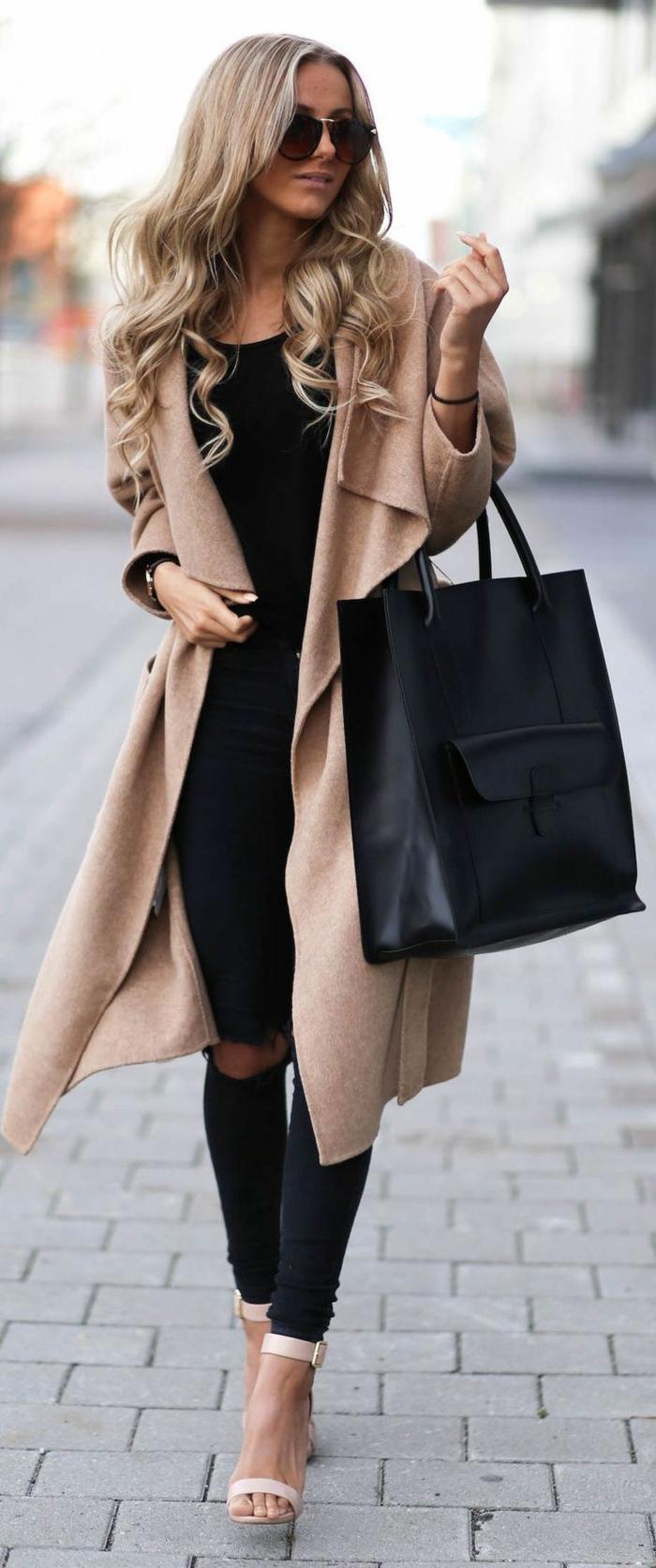 joli-veste-matelassée-femme-pas-cher-beige-pour-les-filles-blondes-sac-a-main-noir