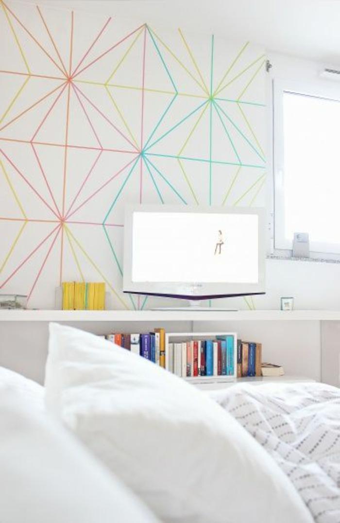 jolie-chambre-à-coucher-avec-tapisserie-leroy-merlin-geometrique-blanche-et-triangles-colorés