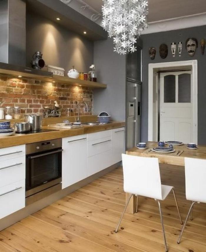 jolie-cuisine-americaine-amenagement-petite-cuisine-sol-en-parquet-clair-murs-gris-chaises-blanches