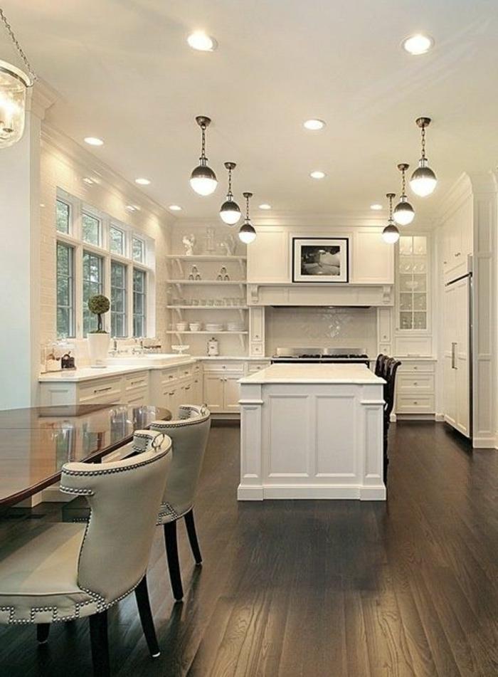 jolie-cuisine-americaine-blanc-gris-sol-en-planchers-gris-et-meubles-blancs-intérieur-blanc