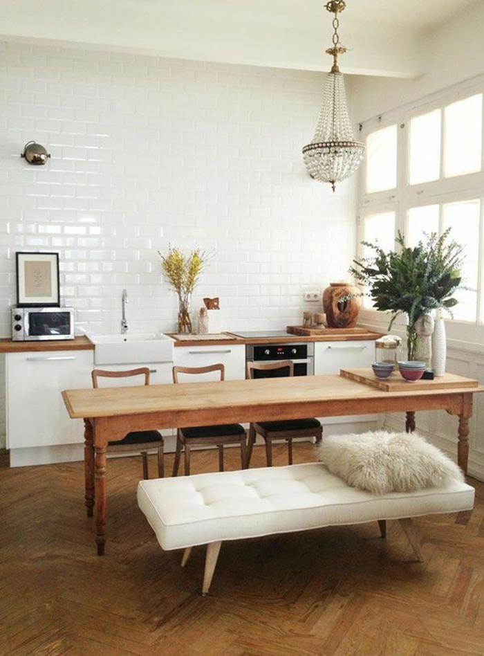 jolie-cuisine-avec-murs-en-carrelage-blanc-et-meubles-de-cuisine-pas-cher-mais-élégants