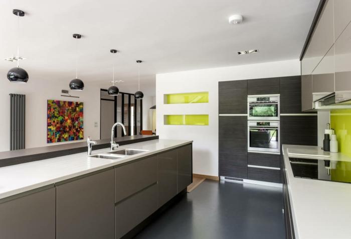 jolie-cuisine-avec-sol-en-béton-ciré-gris-dans-la-cuisine-contemporaine-avec-plafond-blanc