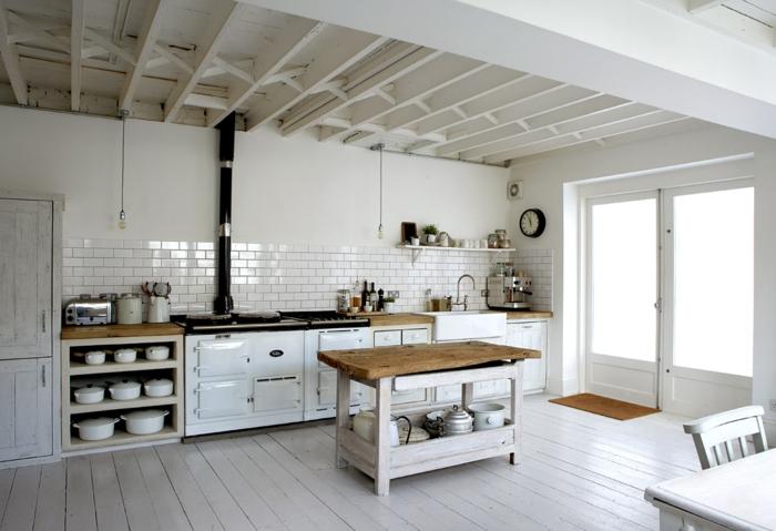 jolie-cuisine-avec-un-intérieur-blanc-sol-en-planchers-blancs-meubles-en-bois-de-couleur-blanc