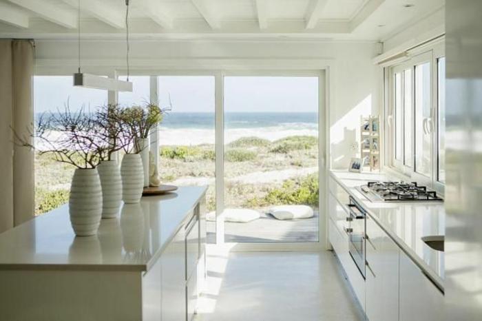 jolie-cuisine-blanche-couleur-cuisine-feng-shui-avec-beaucoup-de-lumière-et-grandes-fenetres
