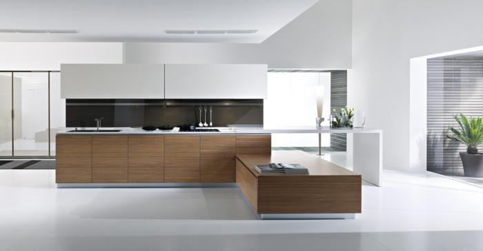 jolie-cuisine-de-luxe-blanche-avec-carrelage-blanc-et-meubles-en-bois-plante-verte
