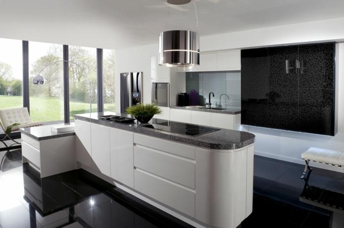 jolie-cuisine-de-luxe-laquée-blanche-carrelage-noir-fenetre-grande-carrelage-noir