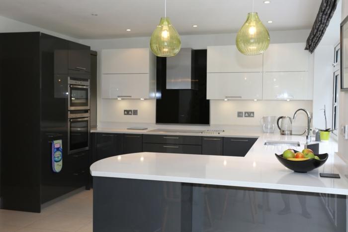 jolie-cuisine-laquée-blanche-noir-gris-lustre-vert-meubles-de-cuisine-laqués