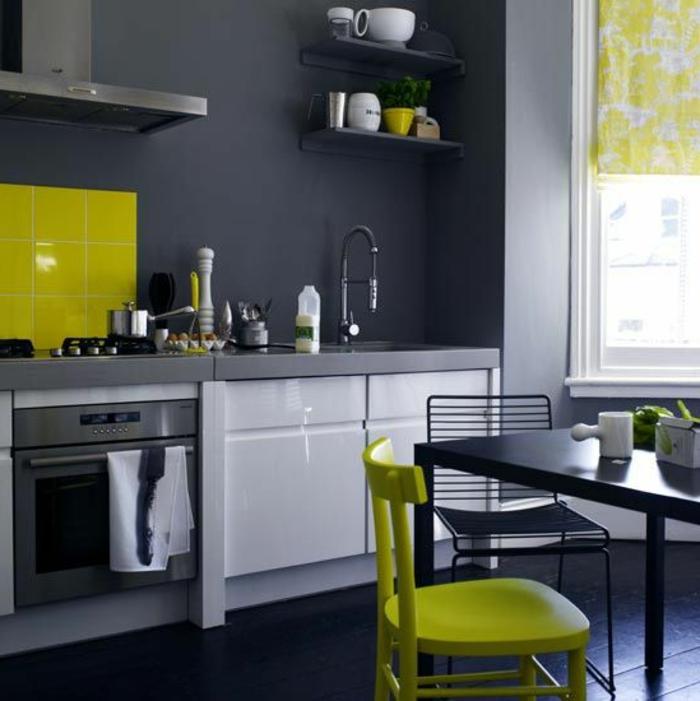 jolie-cuisine-laquée-gris-jaune-murs-gris-foncé-meubles-gris-chaise-et-table-de-cuisine