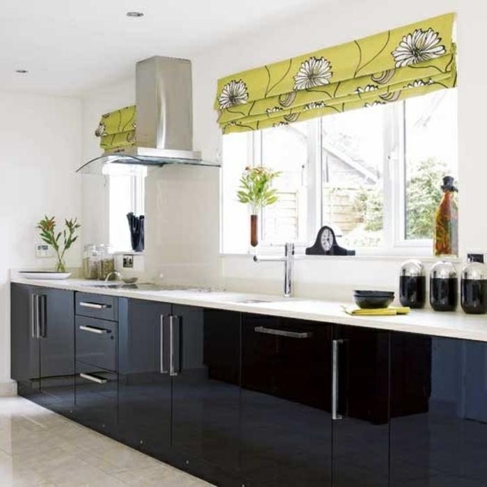 jolie-cuisine-laquée-noir-et-blanc-murs-blancs-meubles-de-cuisine-laquées-fenetres