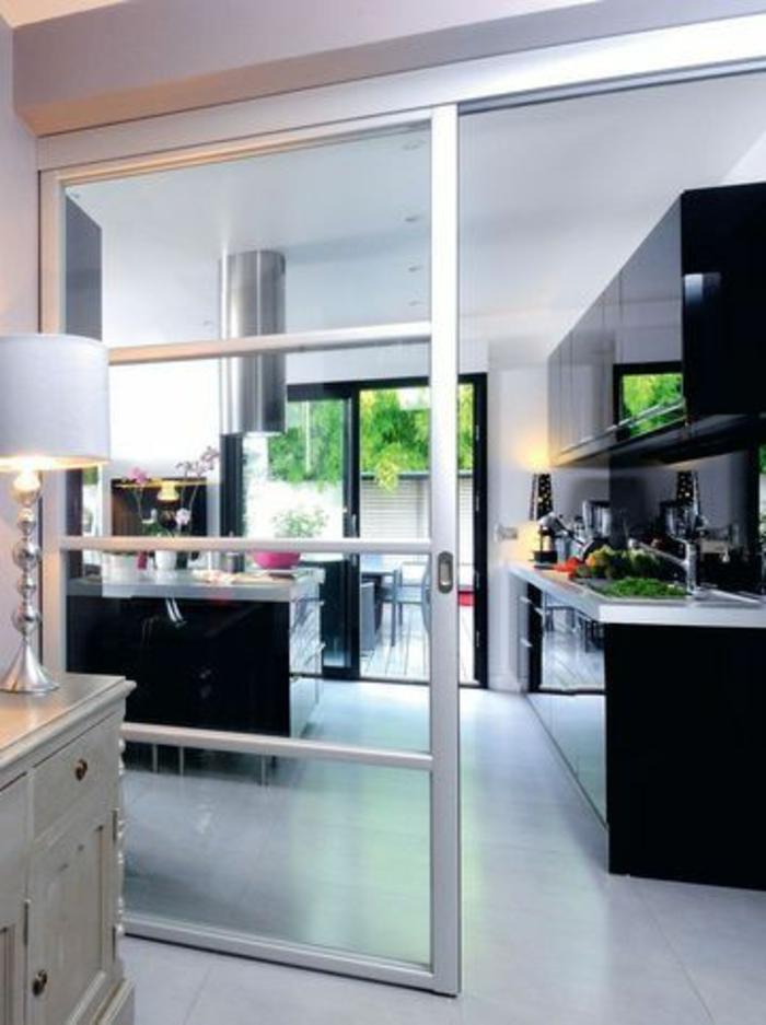 jolie-cuisine-noire-sol-en-parquet-clair-meubles-d-intérieur-noirs-porte-coulissante