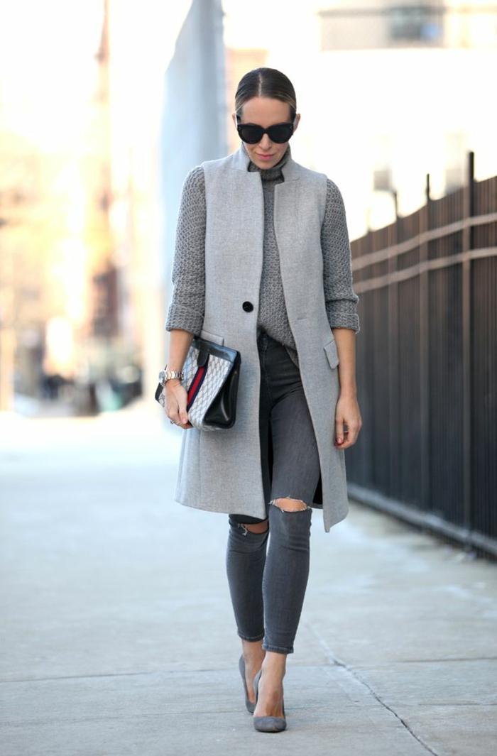jolie-femme-elegante-avec-manteau-camaieu-long-gris-denim-gris-déchiré