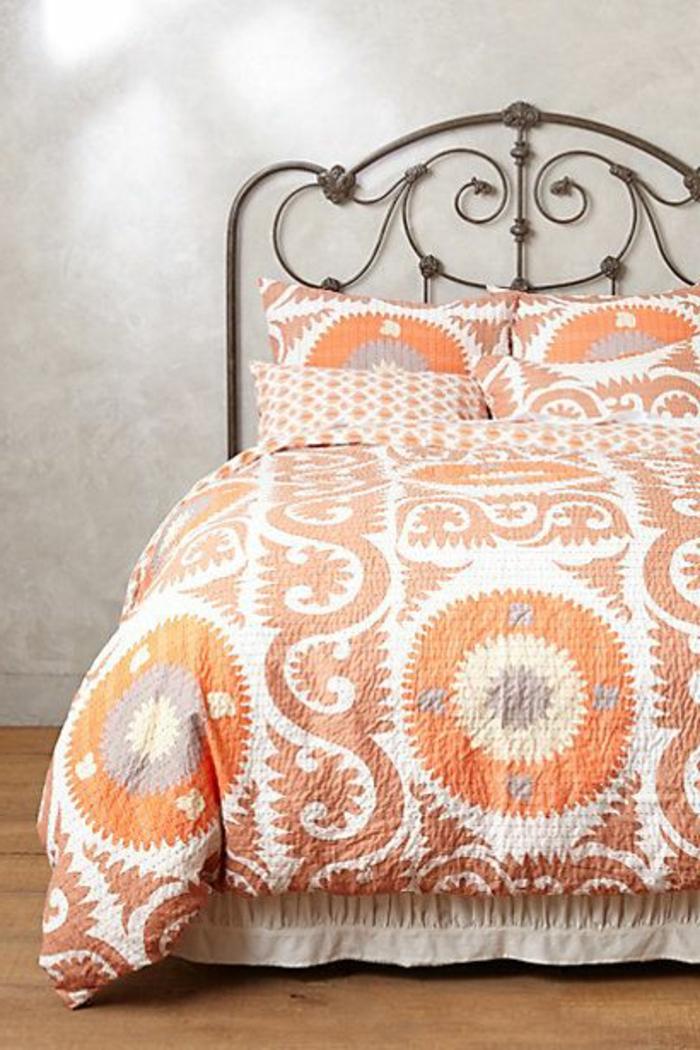 jolie-housse-de-couette-carrefour-de-couleur-orange-et-blanc-lit-en-fer-forgé