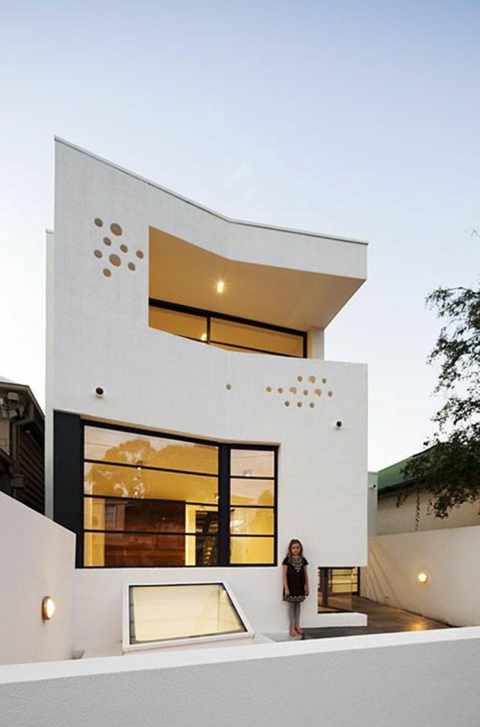 jolie-maison-blanche-de-style-minimaliste-avec-petit-cour-et-exterieur-blanc