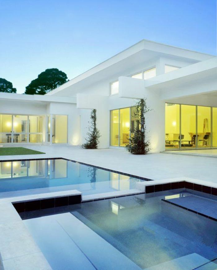 jolie-maison-de-luxe-grande-avec-grandes-fenetres-et-piscine-d-exterieur-et-plantes-vertes