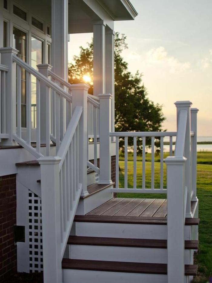 jolie-maison-de-style-americain-avec-pelouse-verte-et-garde-corps-castorama-pas-cher-en-bois