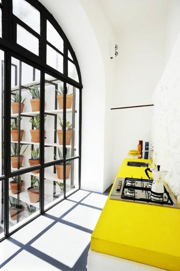 jolie-petite-cuisine-avec-meubles-jaunes-murs-blancs-et-plafond-blanc