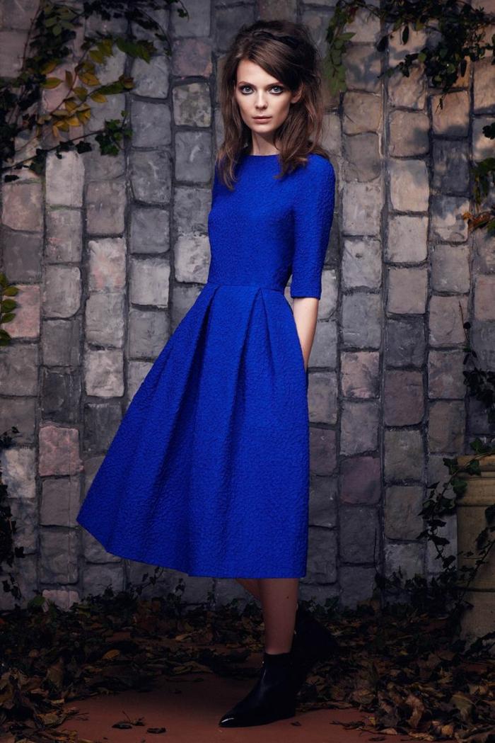 jolie-robe-cocktail-bleu-pour-les-filles-avec-cheveux-marrons-et-yeux-bleus