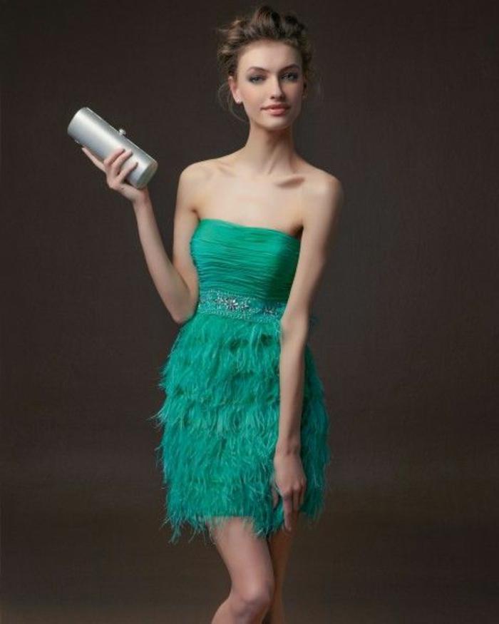 jolie-robe-de-soirée-courte-vert-bleu-pour-les-femmes-modernes-jolie-femme-avec-cheveux-blonds