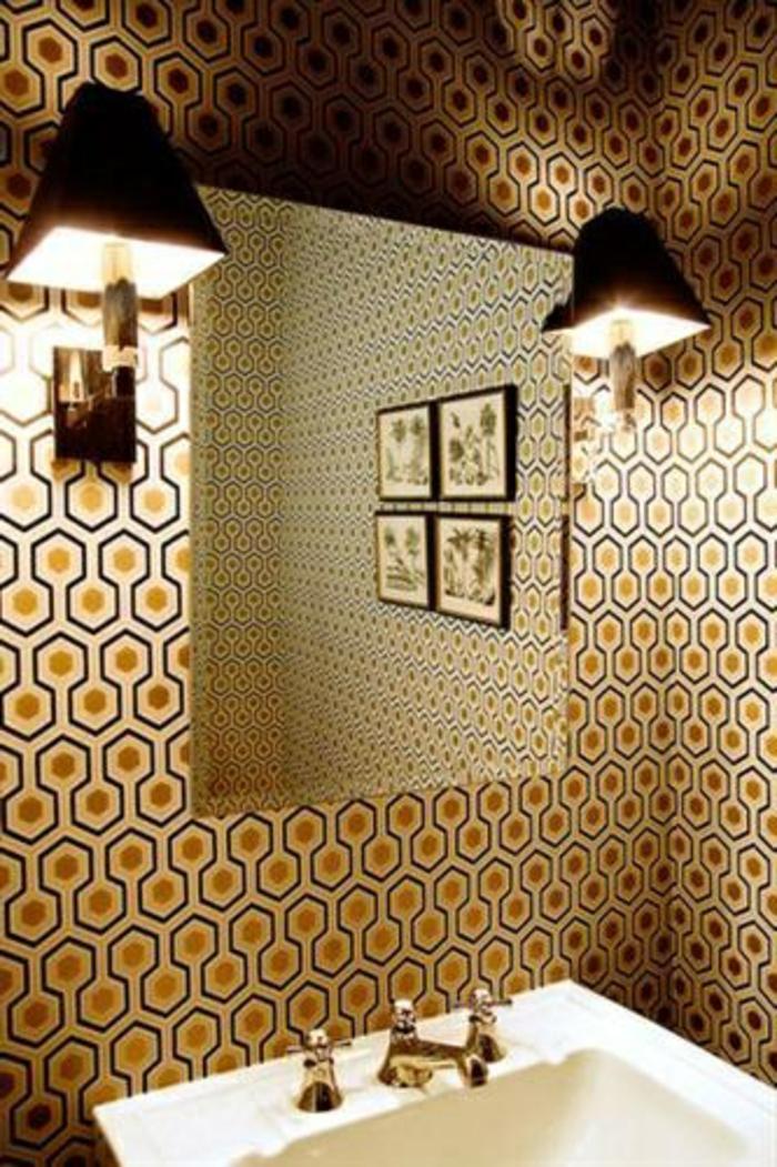 Ordinary Panneaux Muraux Cuisine Leroy Merlin #6: Jolie-salle-de-bain-avec-papier-peint-geometrique-de-couleur-beige-et-noir-miroir-dans-la-salle-de-bain1.jpg