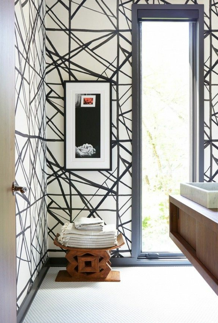 jolie-salle-de-bain-avec-tapisserie-leroy-merlin-geometrique-blanc-et-gris-dans-la-salle-de-bain-rustique