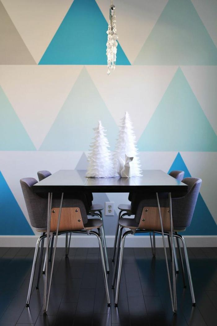 jolie-salle-de-séjour-avec-triangles-colorés-de-couleur-bleu-foncé-dans-la-salle-de-séjour
