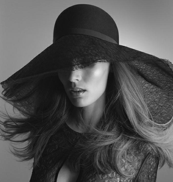 chapeau femme noir et blanc tableau verre photo noir et blanc femme avec large chapeau et bouche. Black Bedroom Furniture Sets. Home Design Ideas