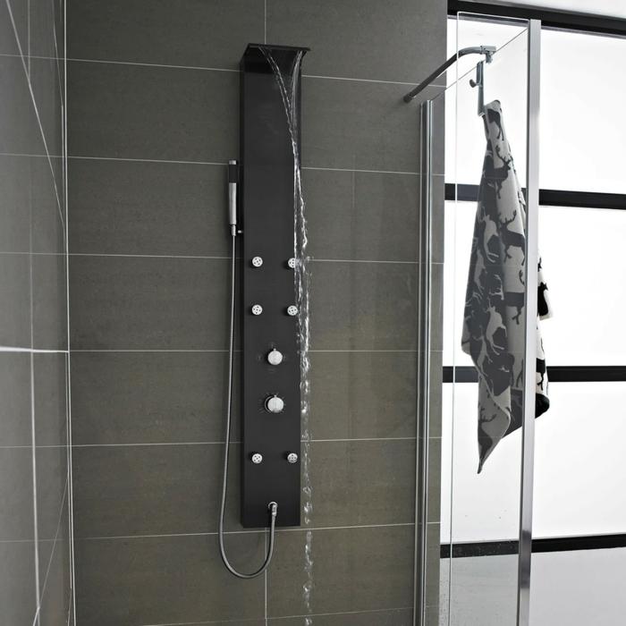 la-colone-de-douche-moderne-dans-la-salle-de-bain-avec-carrelage-gris ...
