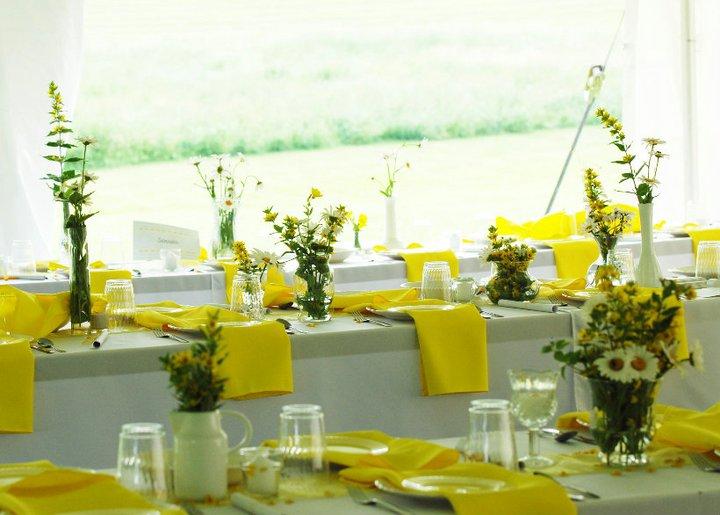 la-nappe-de-table-en-toile-de-lin-nappe-exterieur-nappe-enduit- déco-table-mariage-jaune