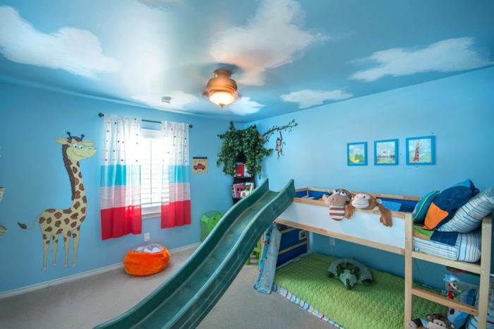 la-plus-belle-chambre-d-enfant-garçon-avec-murs-bleus-et-rideaux-colorés-à-rayures-rouges-bleus-blancs