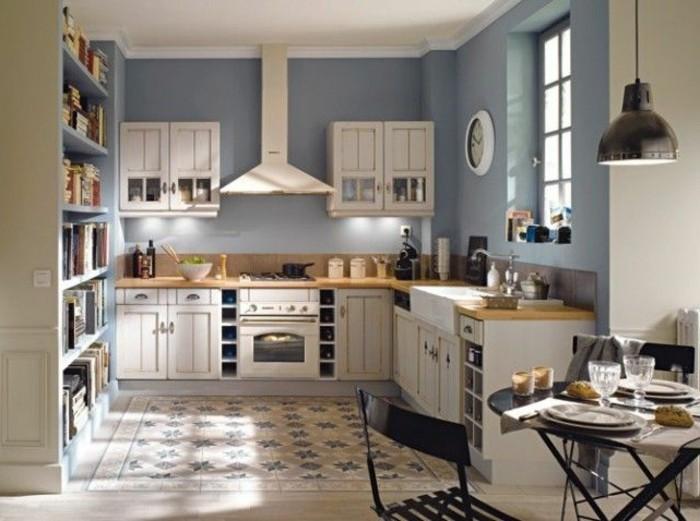 la-plus-belle-petite-cuisine-ouverte-avec-murs-bleu-foncé-sol-en-bois-et-carrelage