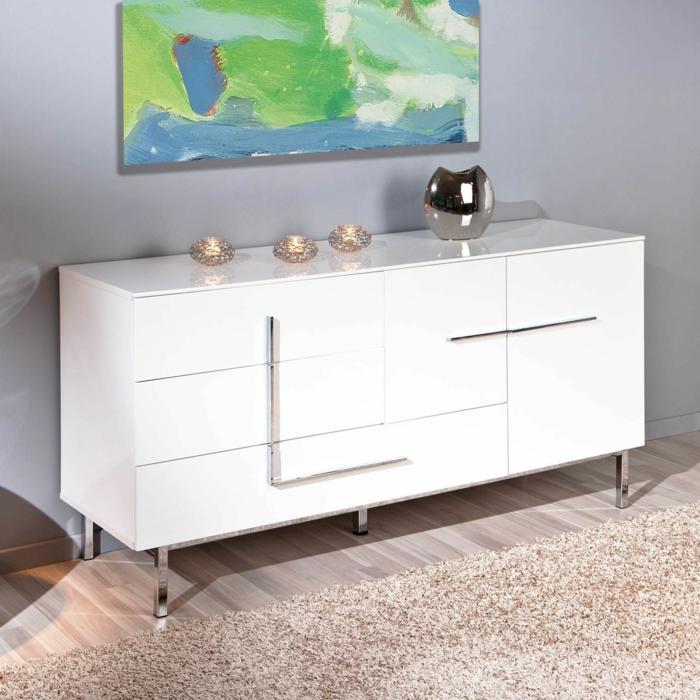 le-bahut-blanc-laqué-pour-le-salon-moderne-avec-tapis-beige-et-sol-en-parquette-clair