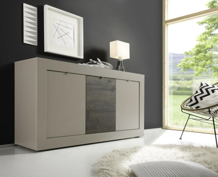 le-bahut-moderne-gris-et-murs-noirs-avec-une-grande-fenetre-et-tapis-blanc-sol-en-lino-blanc