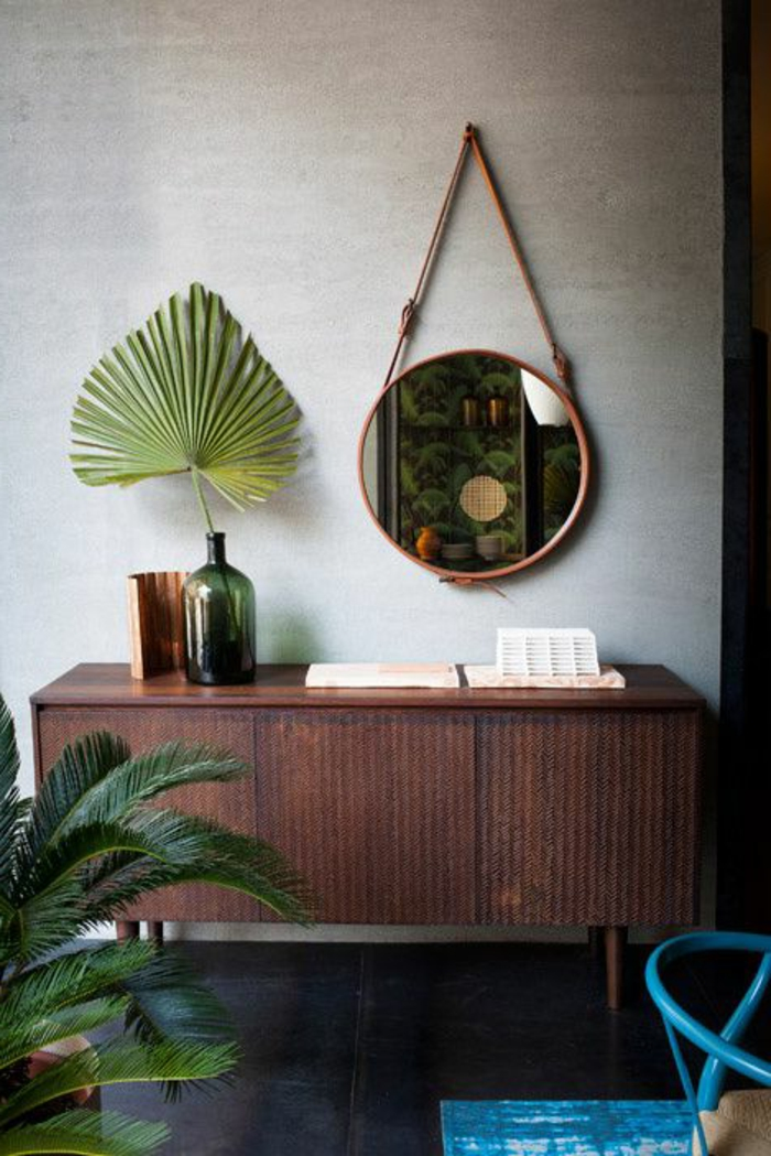 le-bahut-pas-cher-en-bois-foncé-mur-gris-et-decoration-avec-miroir-plante-verte-d-intérieur