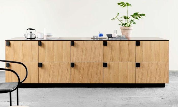 le-bahut-pas-cher-en-chene-clair-pour-le-salon-moderne-avec-une-plante-verte-comme-decoration