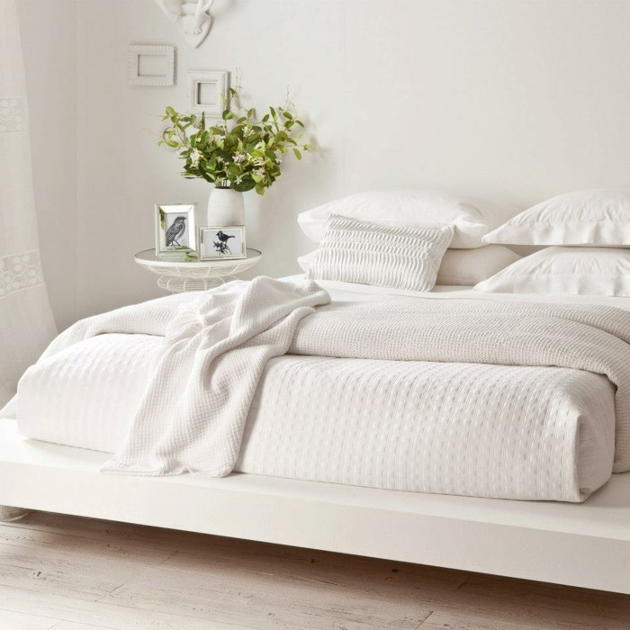 le-coussin-design-pour-canape-idée-à-faire-soi-même-lit-blanc