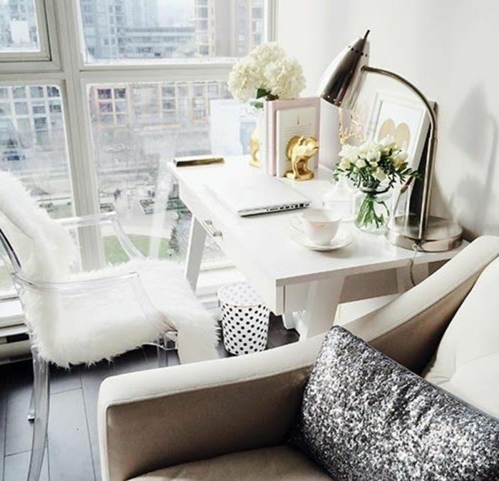 le-fauteuil-de-lecture-blanc-dans-le-salon-avec-grande-fenetre-avec-belle-vue