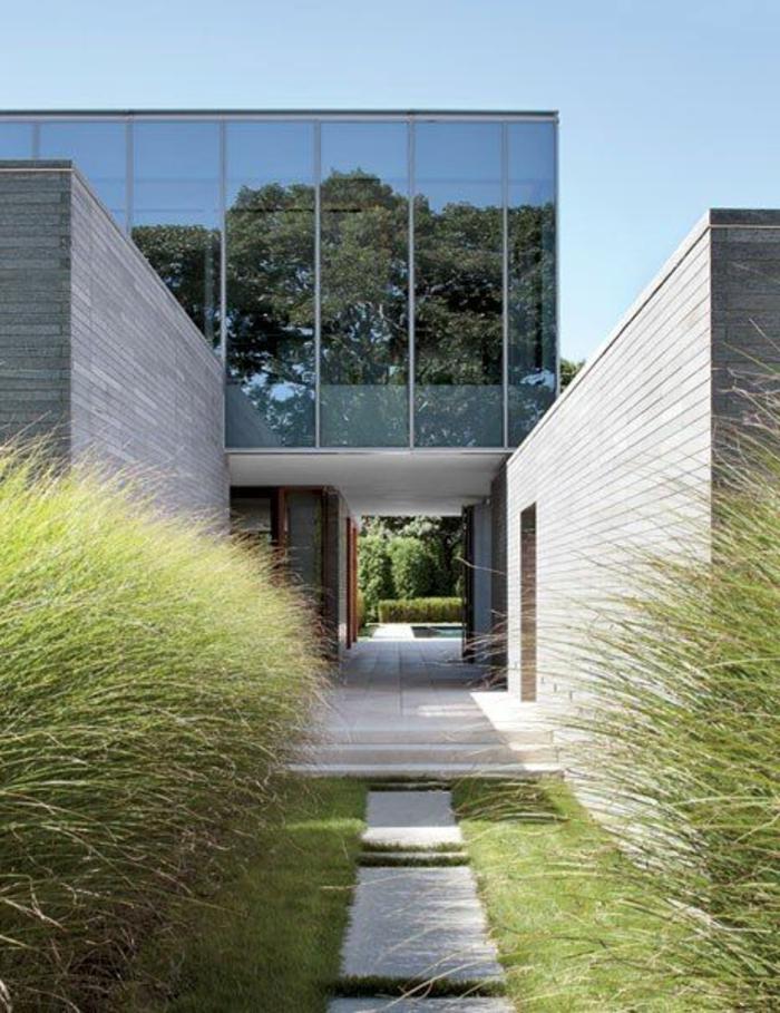 le-minimalisme-en-architecture-modernistique-et-une-jolie-maison-de-luxe-avec-petit-jardin
