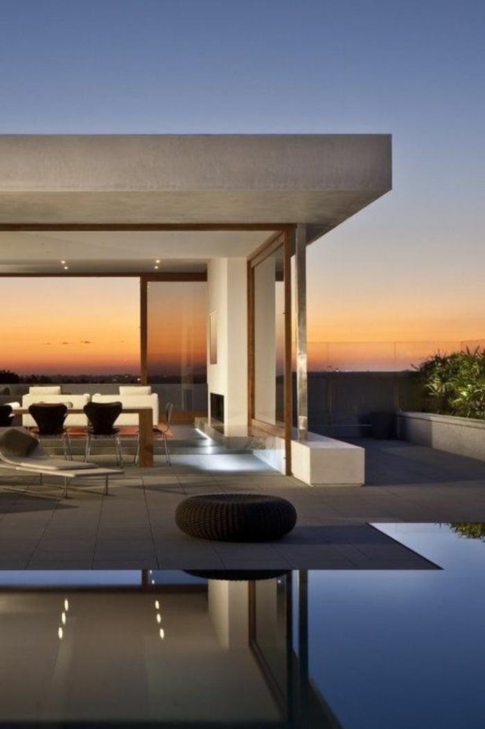 le-minimalisme-en-architecture-une-maison-elegante-avec-grande-fenetre-et-piscine-d-exterieur