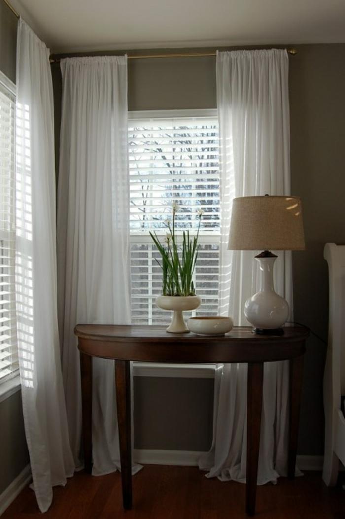 le-rideau-voilage-blanc-pour-le-couloir-avec-une-lampe-blanche-et-plante-verte