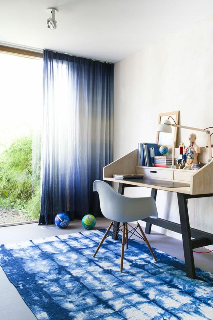 le-rideau-voilage-bleu-pour-la-salle-d-enfant-avec-un-tapis-bleu-et-murs-blancs