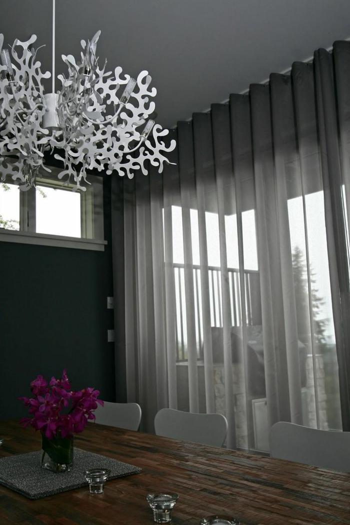 le-rideau-voilage-gris-dans-le-salon-avec-un-lustre-en-forme-insolite-et-table-et-chaises