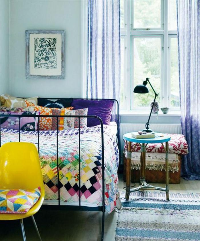 le-rideau-voilage-violet-pour-la-chambre-a-coucher-avec-un-tapis-coloré-lit-en-fer-forge