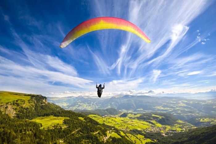 le-saut-parachute-belle-vue-de-l-hauteur-avion-images-la-beauté-de-la-nature-montagnes-vert