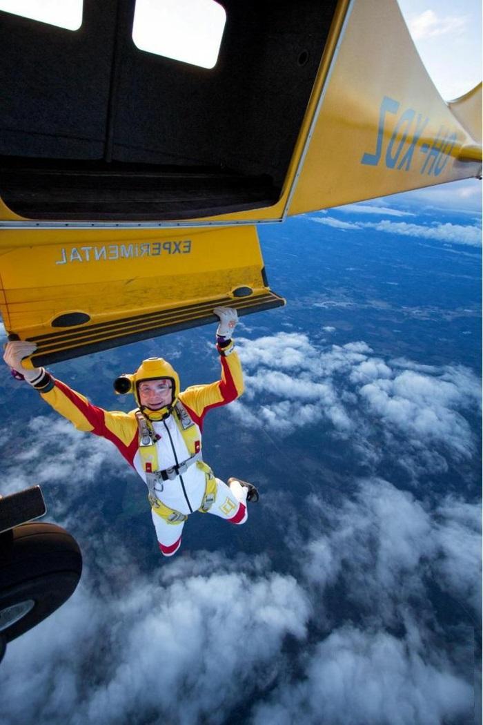 le-saut-parachute-belle-vue-de-l-hauteur-avion-images-un-avion-jaune