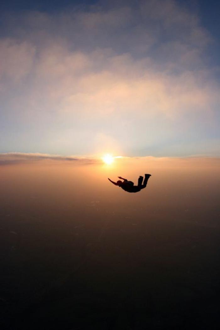 le-saut-parachute-belle-vue-de-l-hauteur-avion-images-vue-magnifique-au-coucher-du-soleil