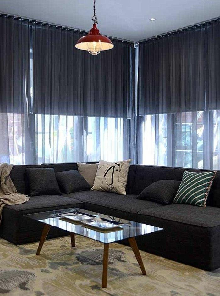 le-voilage-noir-dans-le-salon-avec-un-intérieur-noir-et-tapis-beige-vert-table-basse-de-salon